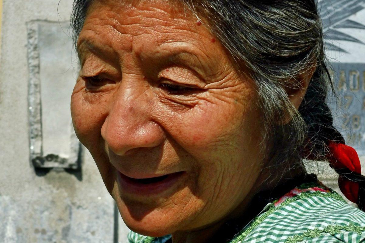 Contribuye a hacer más felices a los adultos mayores