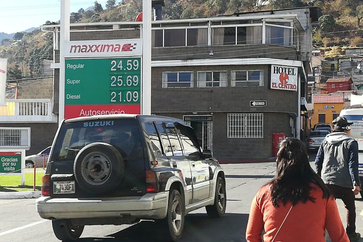Monitorean precio de combustibles