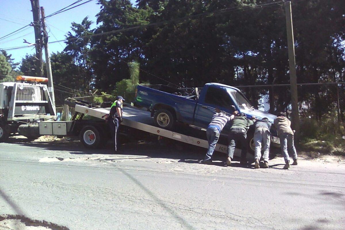 Retiran vehículos mal estacionados