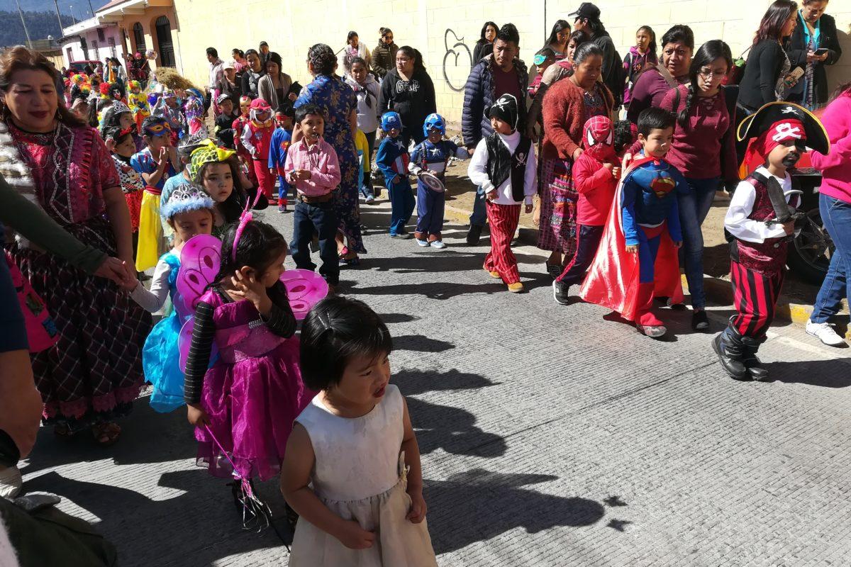 Celebran carnaval con disfraces