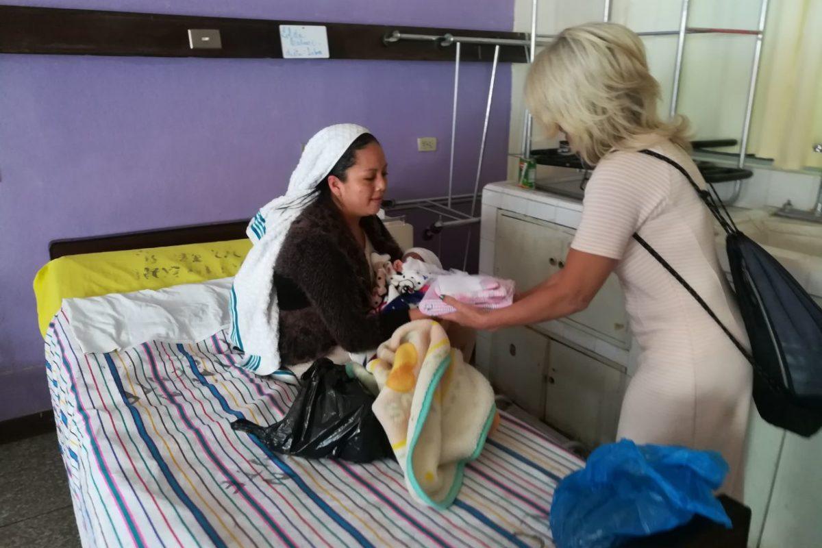 Donan ropa y frazadas a bebés y mamás en el HRO