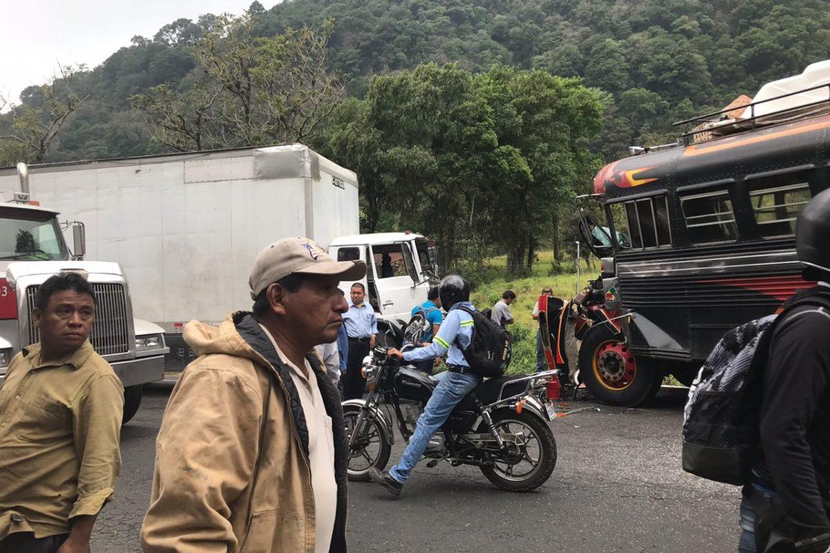 Camión y camioneta colisionan