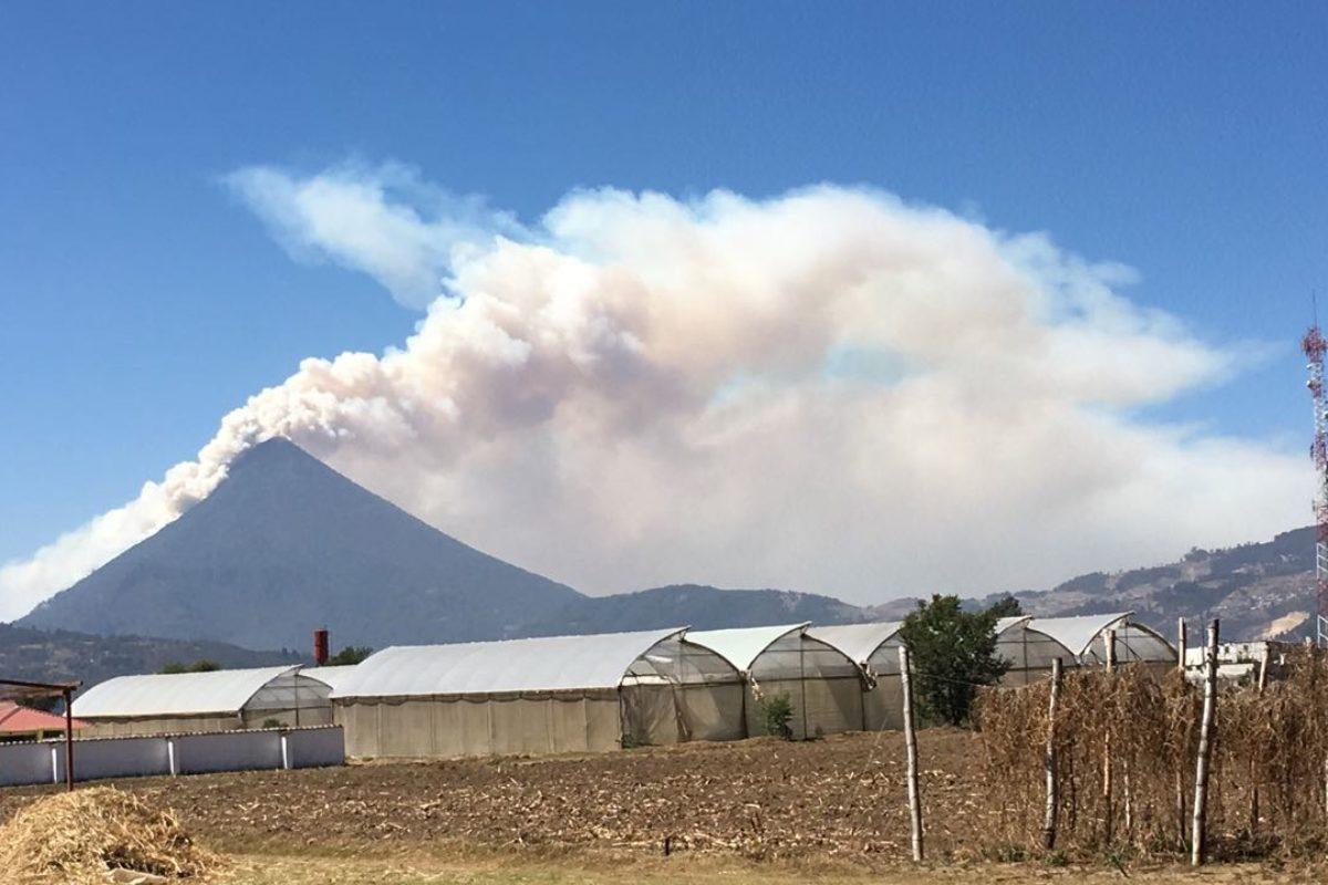 """<span class=""""hot"""">La voz de impacto <i class=""""fa fa-bolt""""></i></span> Incendio podría extenderse a otras áreas del volcán Santa María"""