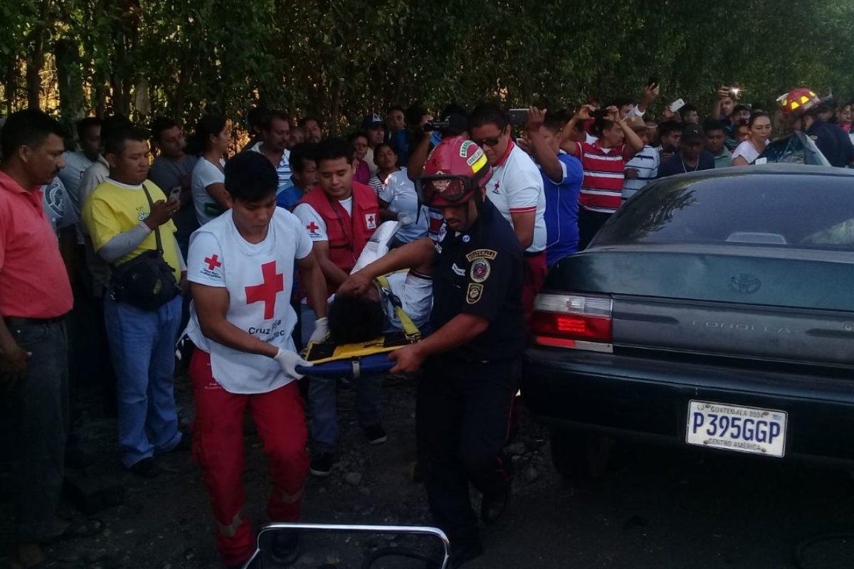 Joven es rescatado de su vehículo