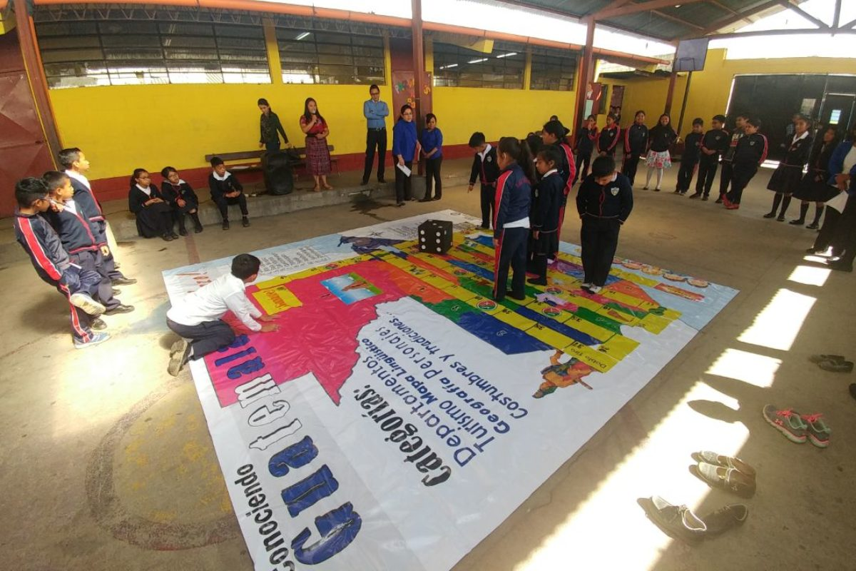 Niños juegan y conocen más de Guatemala