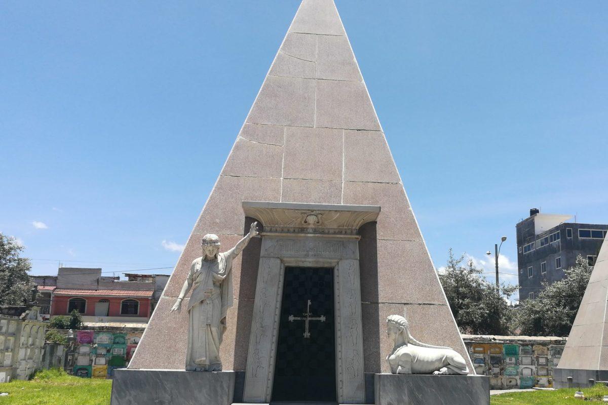 ¿Sabes quién está inhumado en este mausoleo?