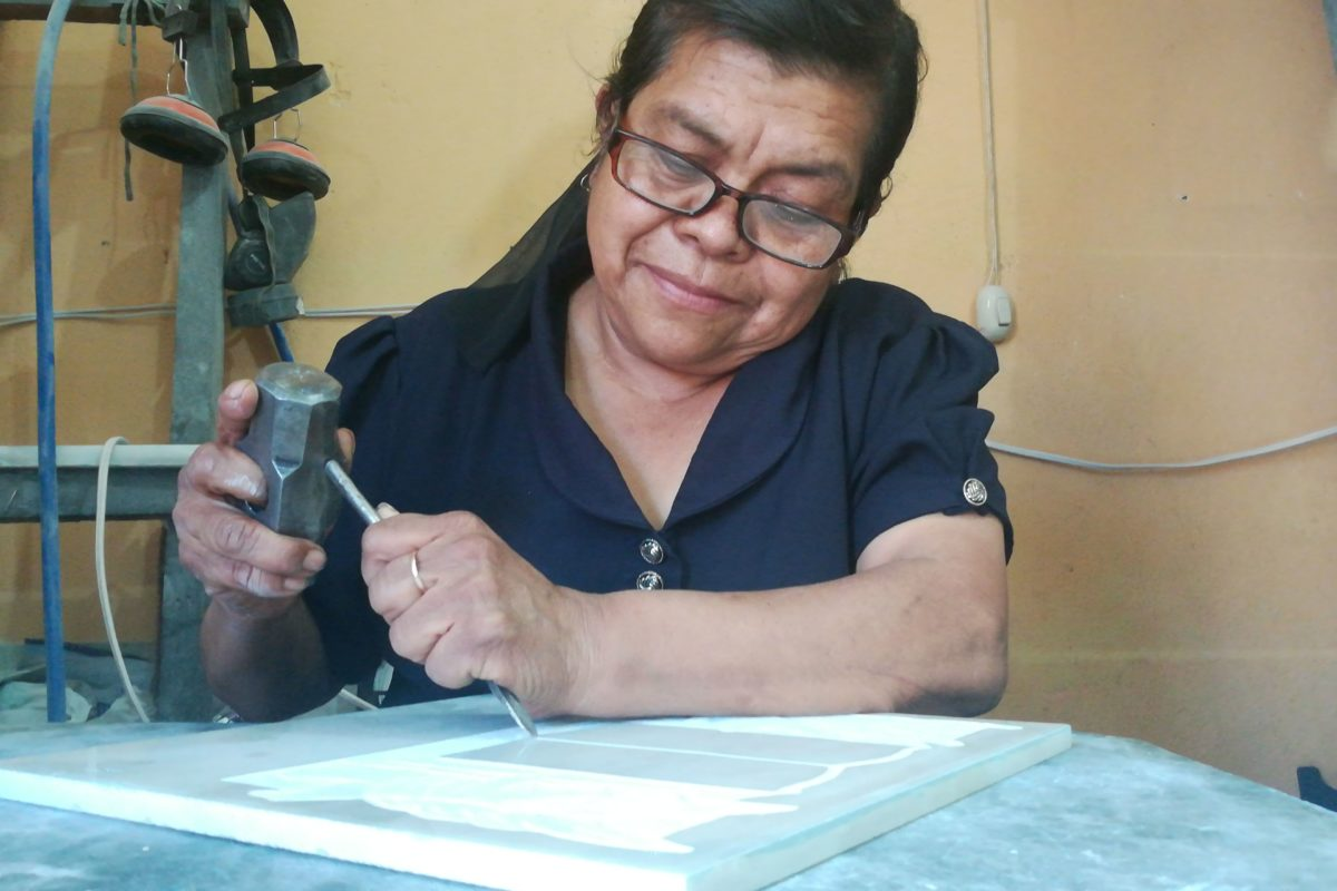 Doña Edna: la mujer que fabrica arte para difuntos