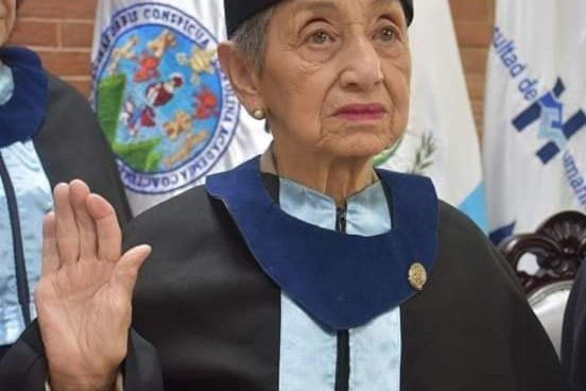Nonagenaria cumple su sueño de graduarse de la USAC