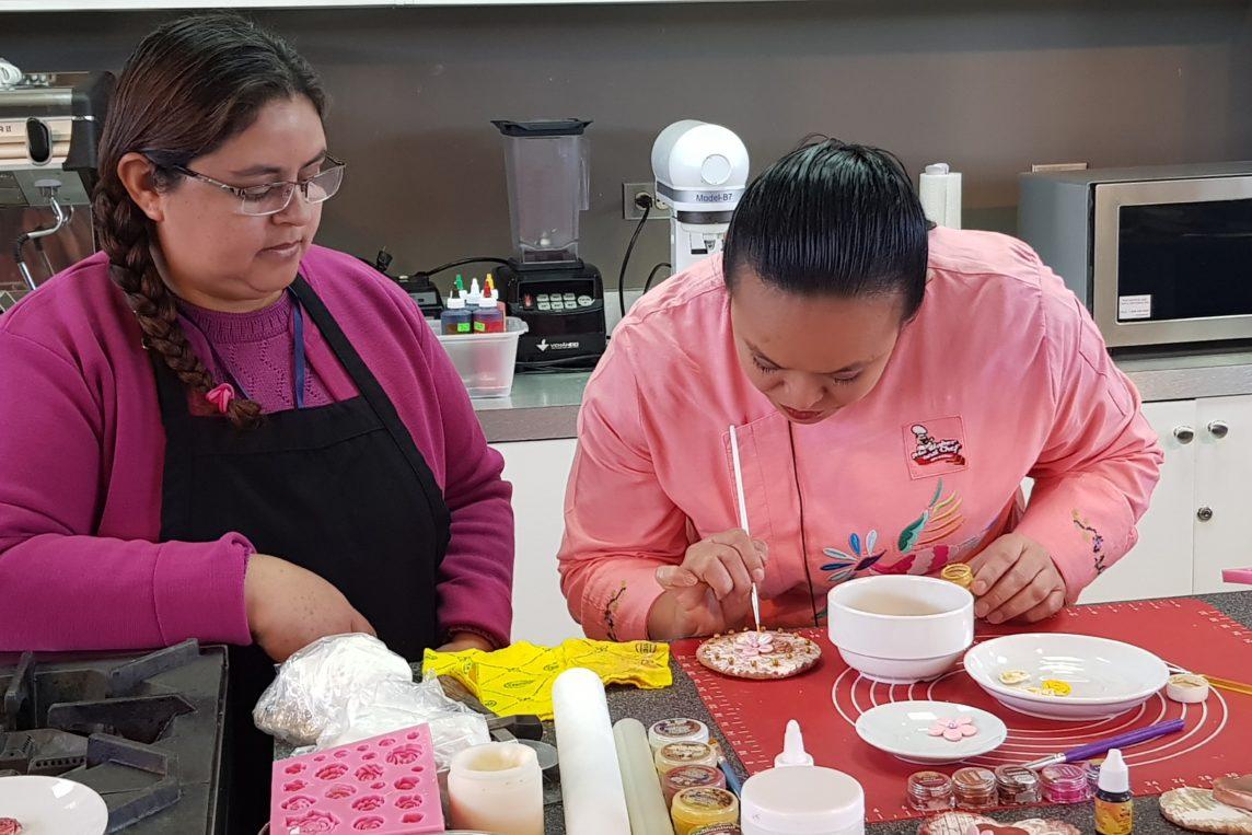 Chef repostera mexicana imparte técnicas de decoración en Xela