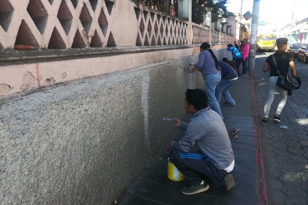 Remozan fachada de escuela y escritorios