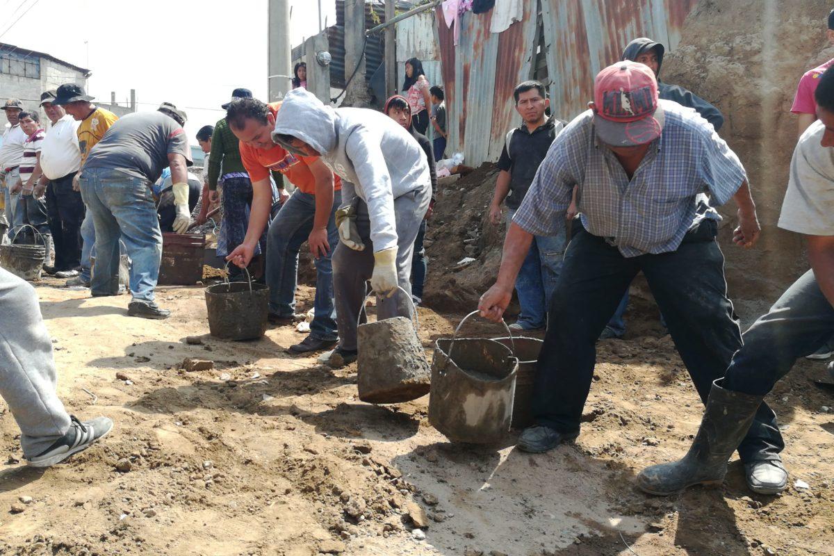 Vecinos pavimentan avenida en tiempo récord sin ayuda de la comuna altense