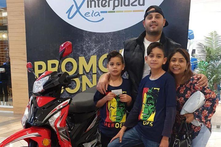 Interplaza Xela entrega motos a tres ganadores de sorteo