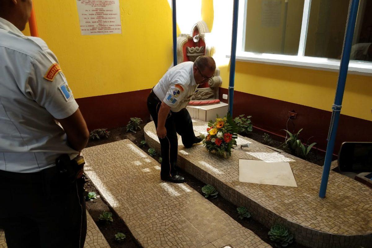 """Bomberos inauguran plaza cívica en honor al """"Máster del Fuego"""" Carlos Juárez"""