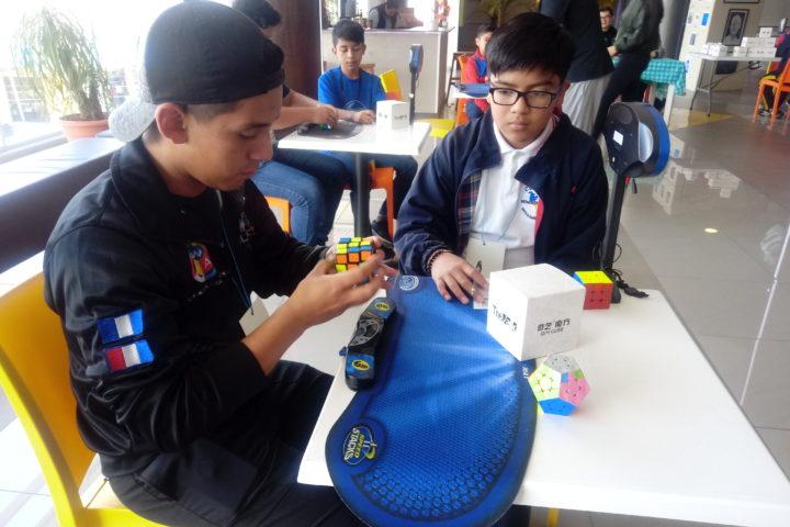 Demuestran su habilidad con el cubo de Rubik