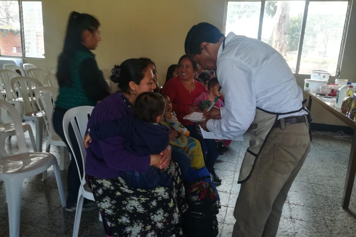 Entregan kits para combatir la desnutrición en Xela