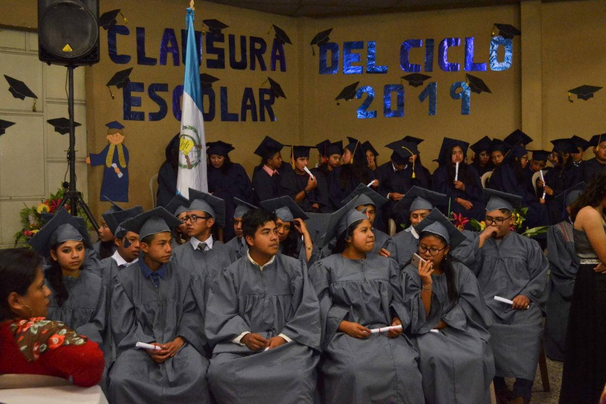 Jóvenes trabajadores se gradúan de primaria y básico