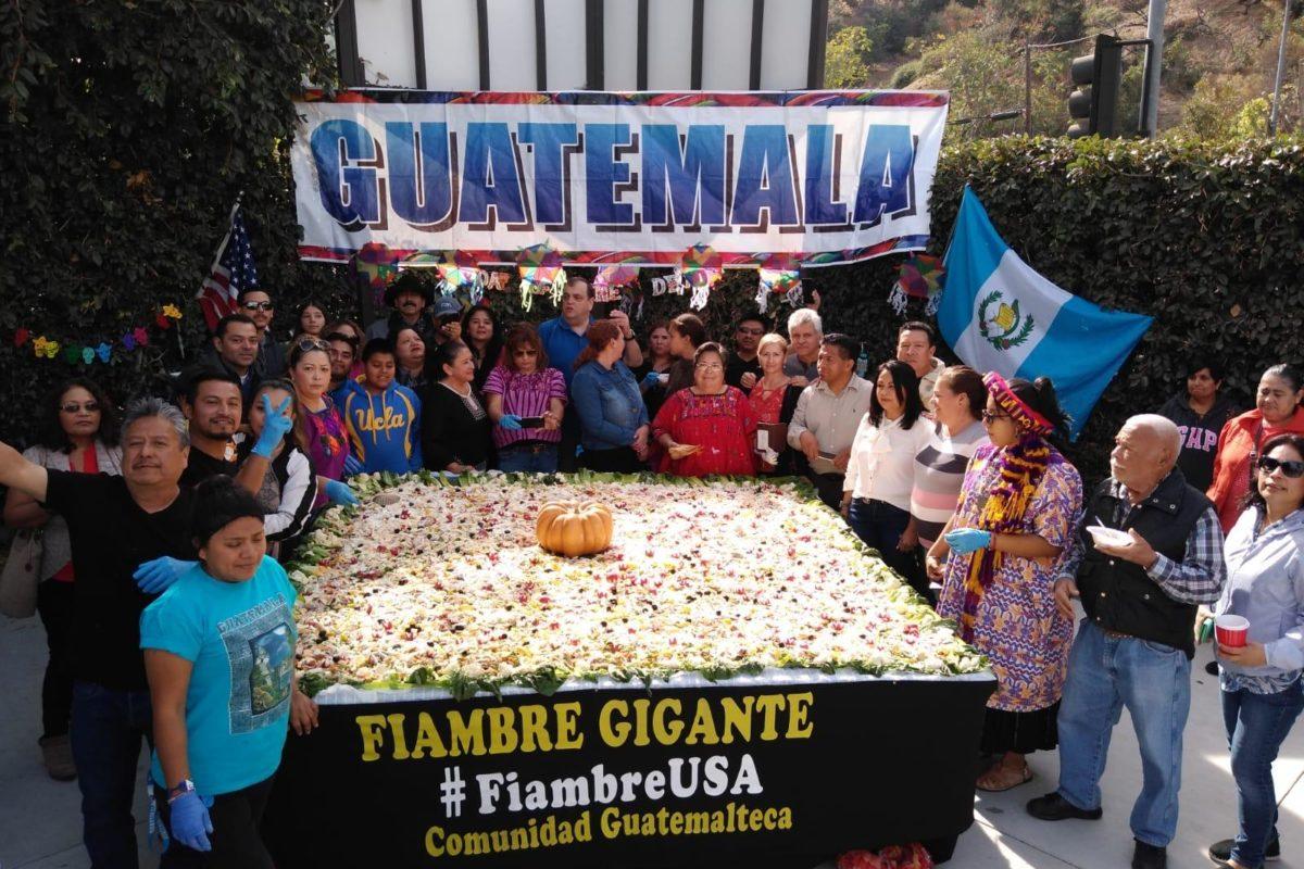 Guatemaltecos preparan fiambre de 500 libras en Los Ángeles