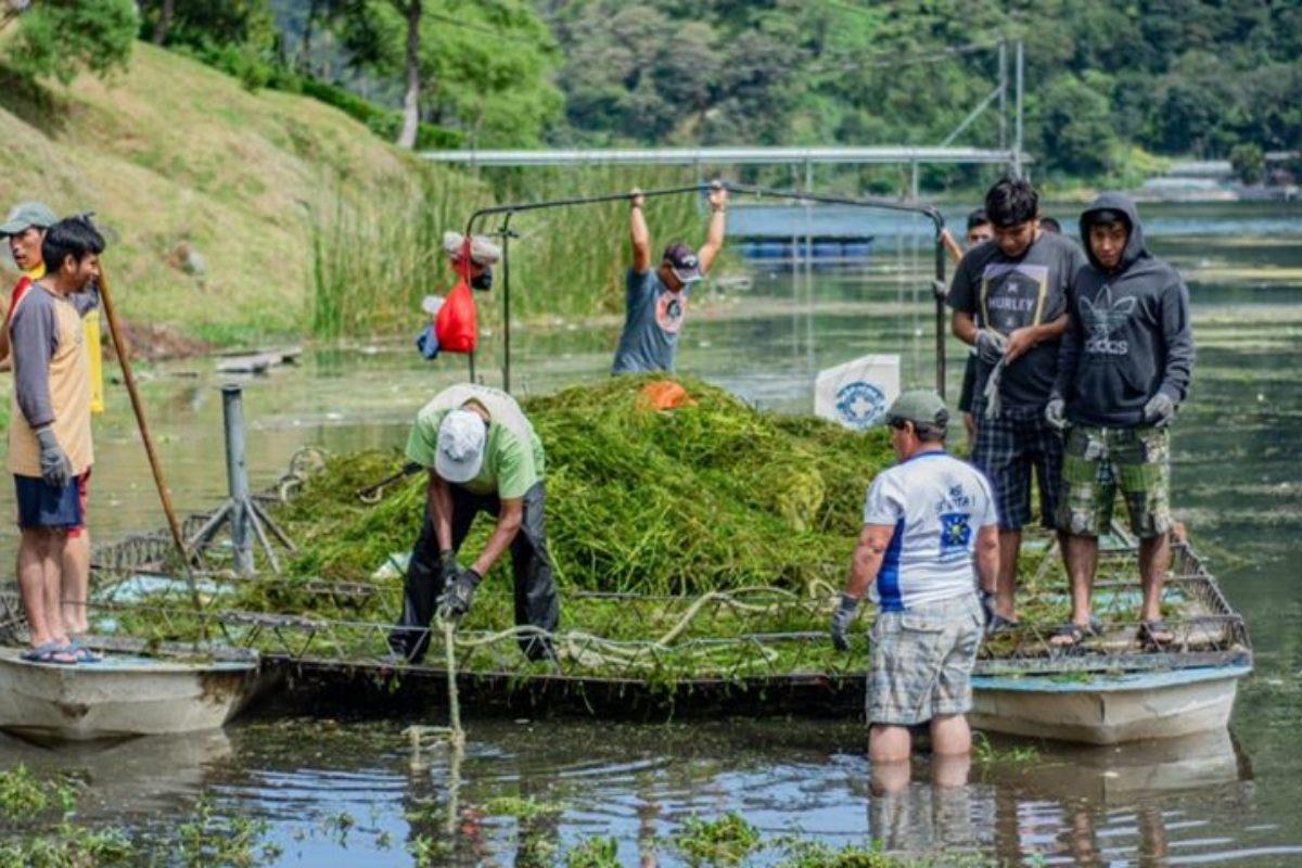Jóvenes limpian el lago de Atitlán