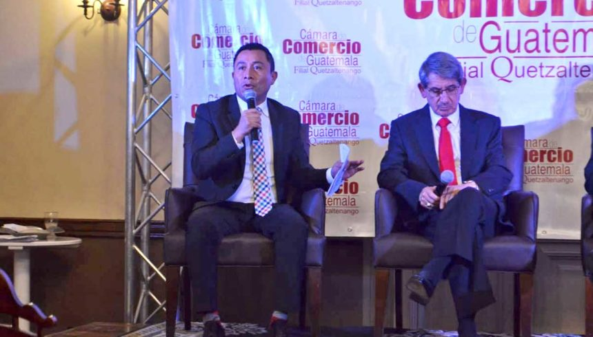 César Pérez Méndez, director de La Voz de Xela, moderó el conversatorio sobre temas coyunturales. Foto La Voz de Xela: Mark Juárez