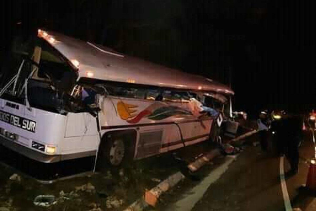"""<span class=""""hot"""">Tendencia <i class=""""fa fa-bolt""""></i></span> 21 fallecidos por colisión entre bus y tráiler"""