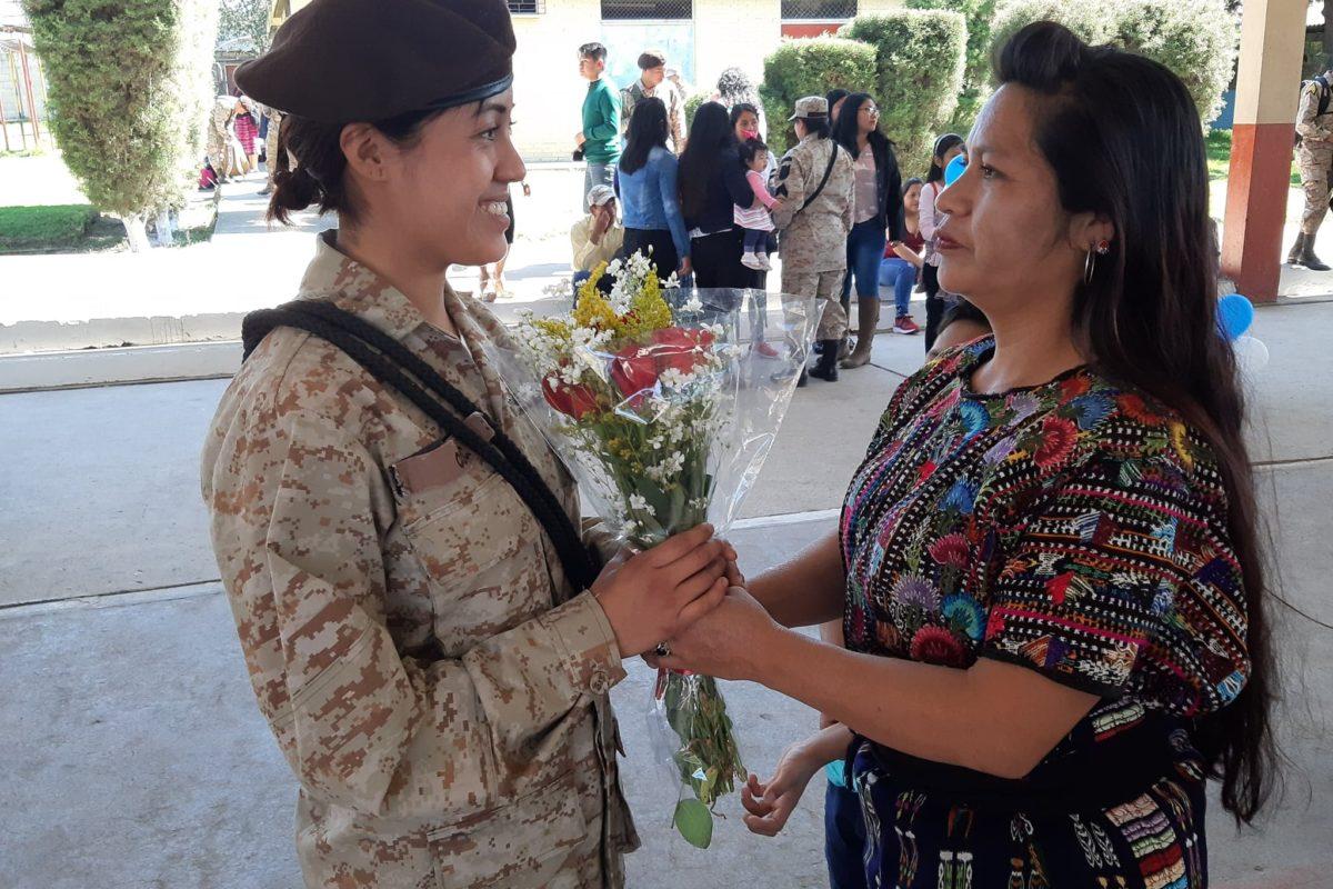 El emotivo gesto de una orgullosa madre a su hija en su graduación