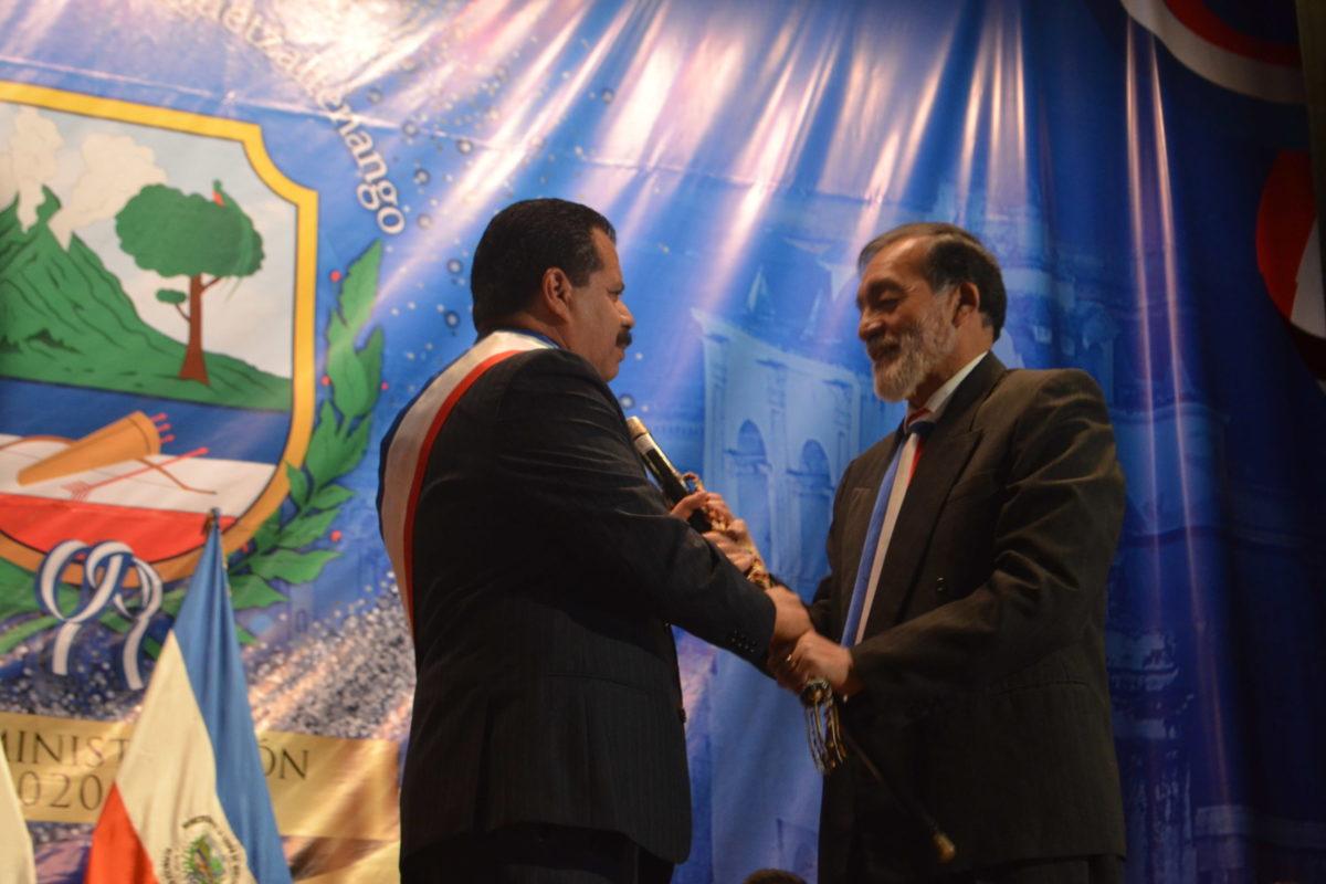 Juan Fernando López recibe la vara edilicia de Xela