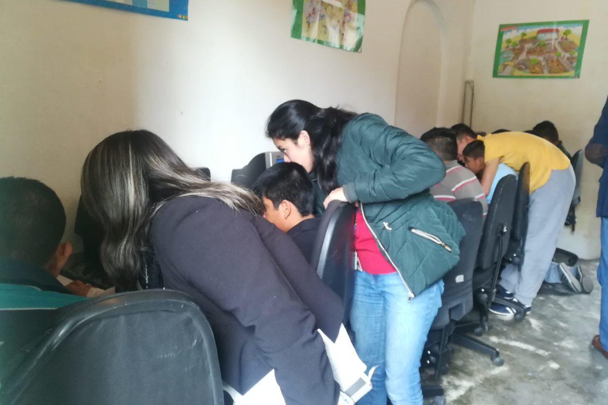 Jóvenes con discapacidad reciben clases de computación