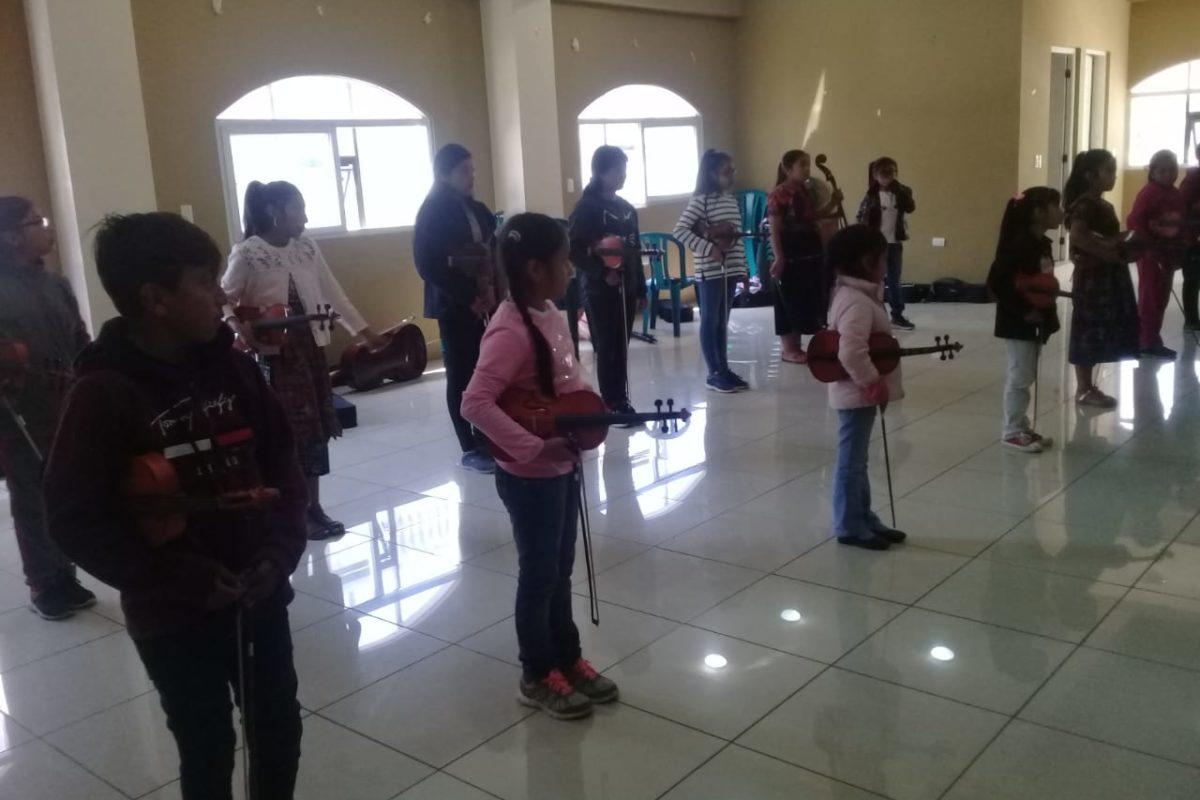 Niños de Concepción Chiquirichapa buscan formar una orquesta