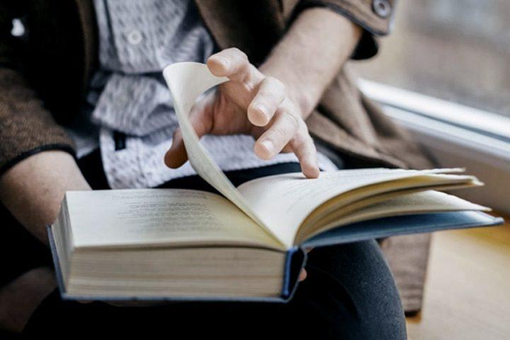 Leer un libro es una buena opción en esta cuarentena