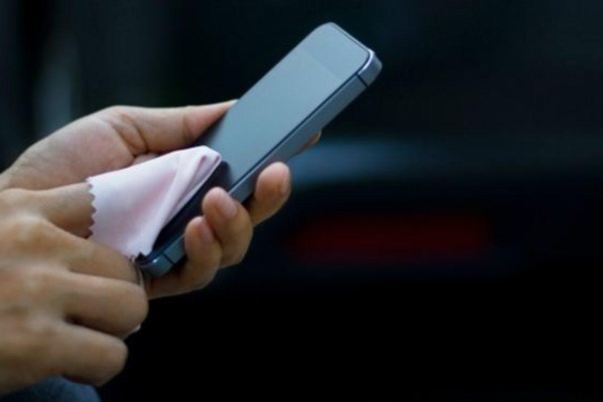Hay que limpiar el celular constantemente para evitar contagios
