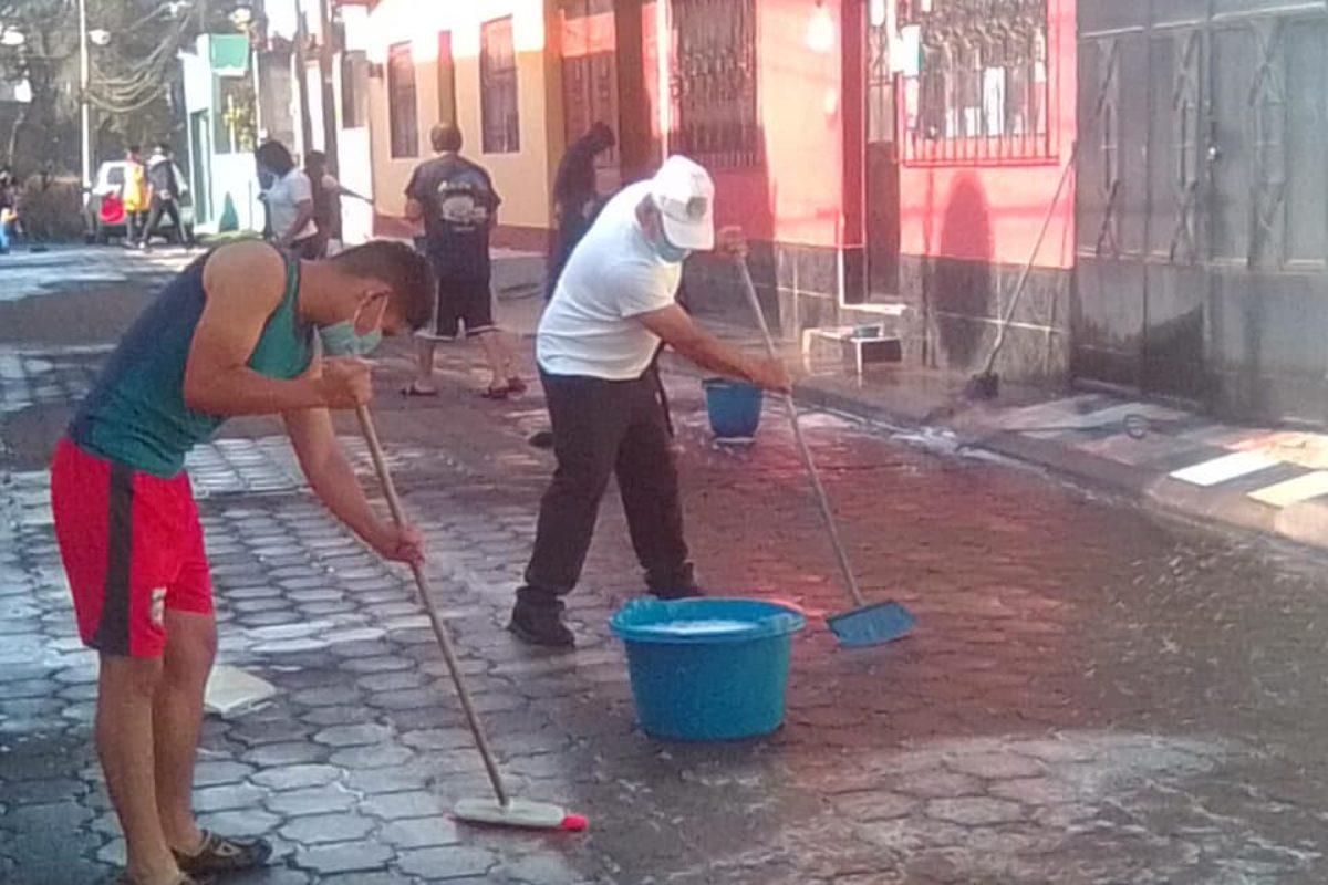 Limpian aceras, portones y calles de barrios de Xela