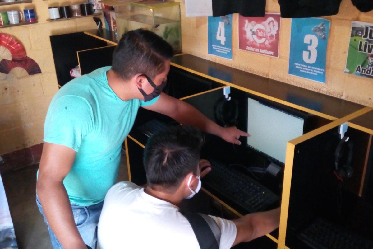 Primos abren Internet para que trabajen jóvenes de escasos recursos