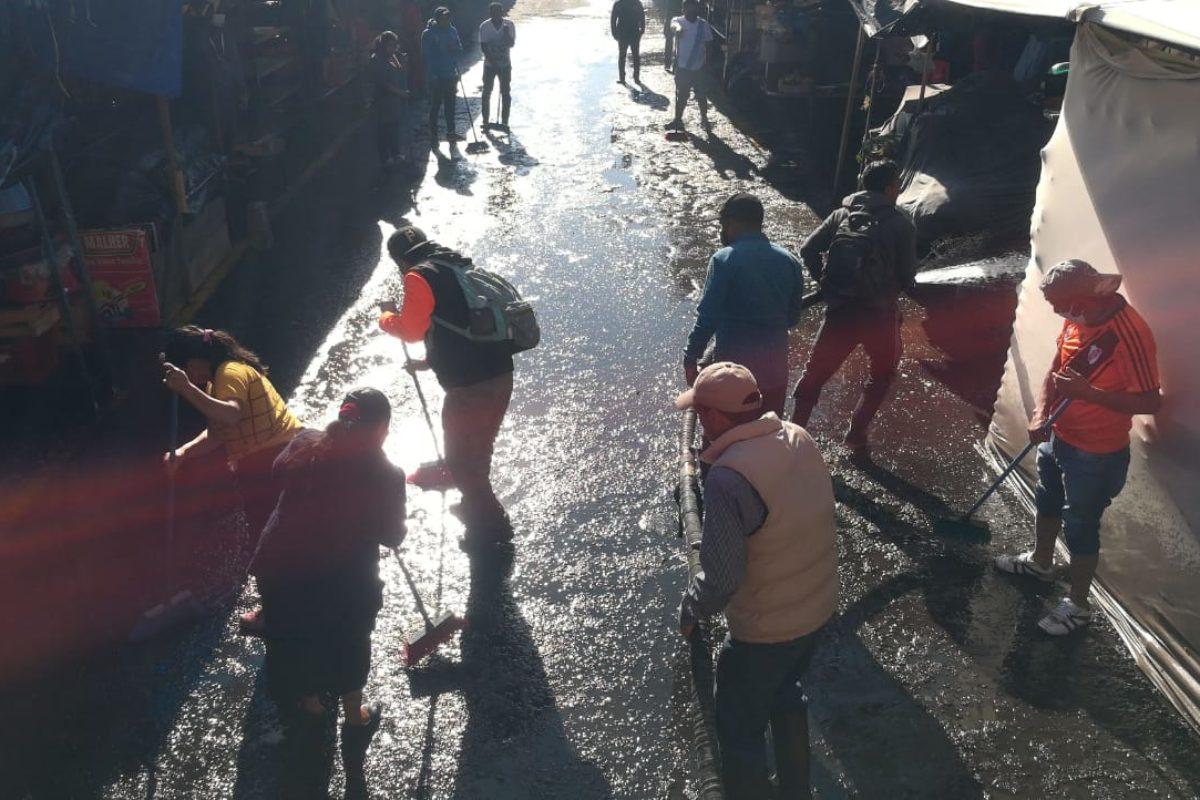 Doscientos cincuenta comerciantes desinfectan el mercado La Democracia