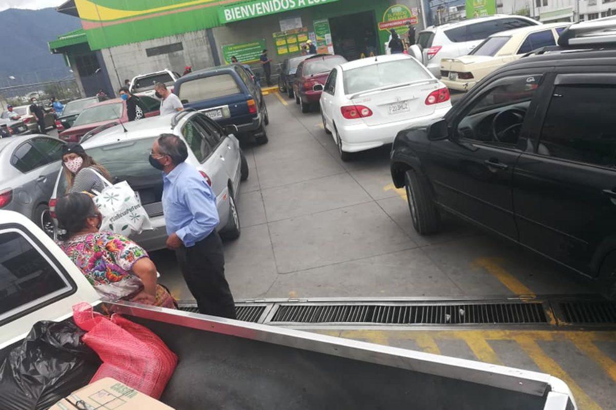 Finaliza semana de abastecimiento entre denso tráfico y largas filas en supermercados