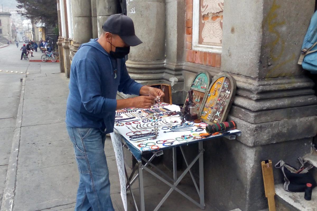 Viajó a pie desde Santiago, Sololá, para vender sus artesanías en Xela