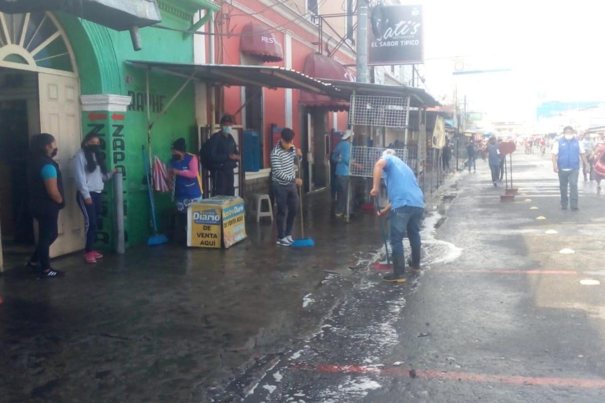 Vendedores limpian el mercado La Democracia