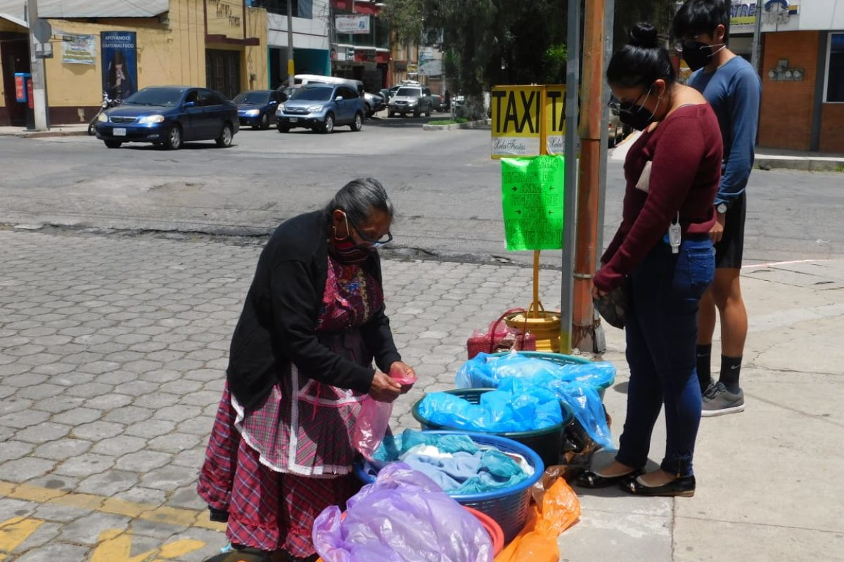 Anciana vende tamales para pagar gastos de enfermedad de su hija
