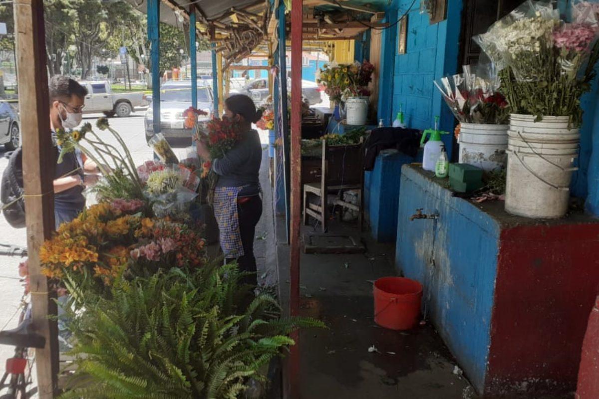 Solo dos vendedoras de flores se quedaron frente al Cementerio
