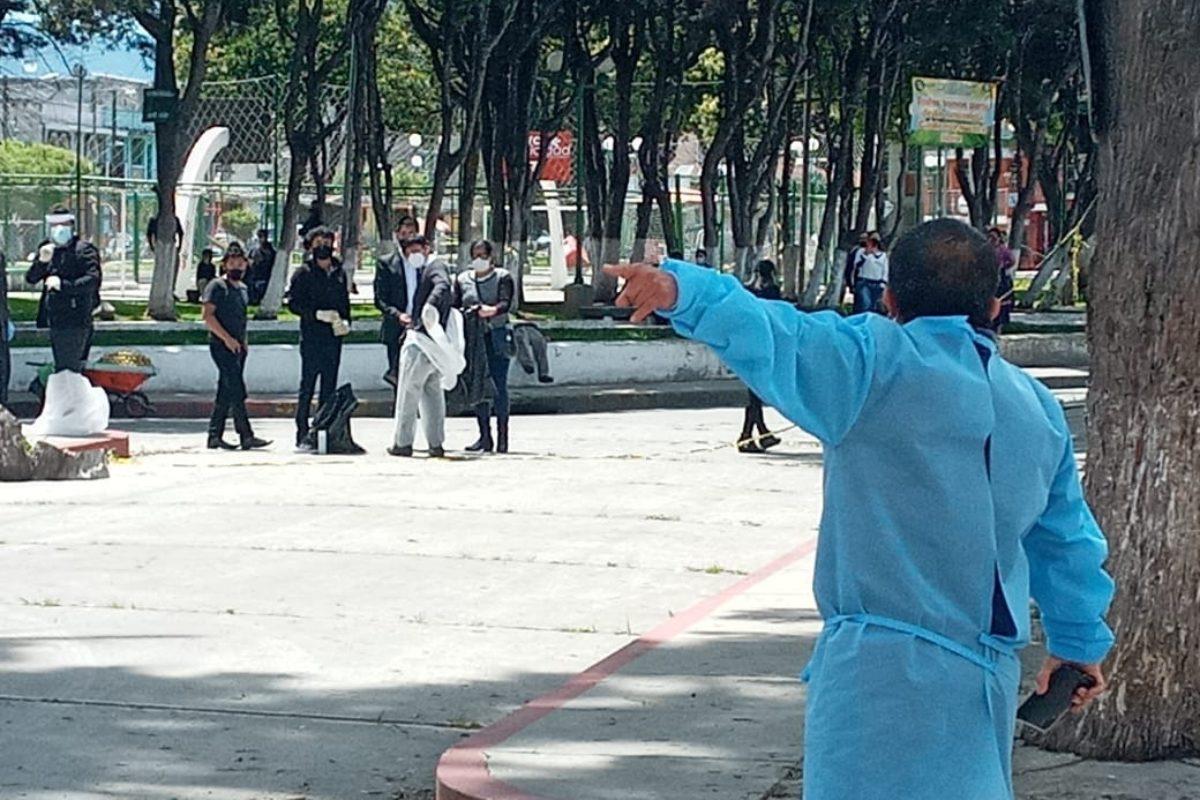 Dolientes se quitan traje especial en plena calle de El Calvario