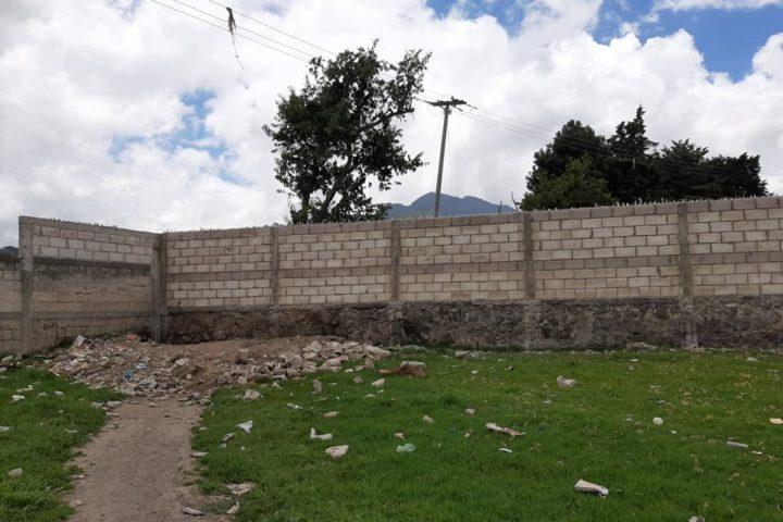 SERVICIO | Vecinos construyen muro cerca del Cementerio General