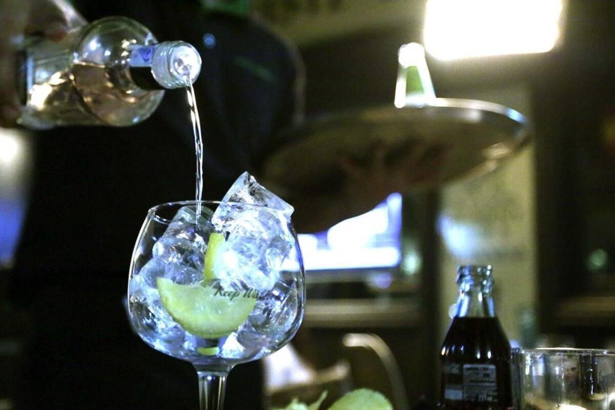 Vender y comprar bebidas alcohólicas no está permitido en este horario