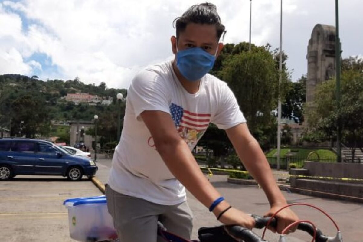 Joven usa bicicleta para salir adelante en medio de la crisis