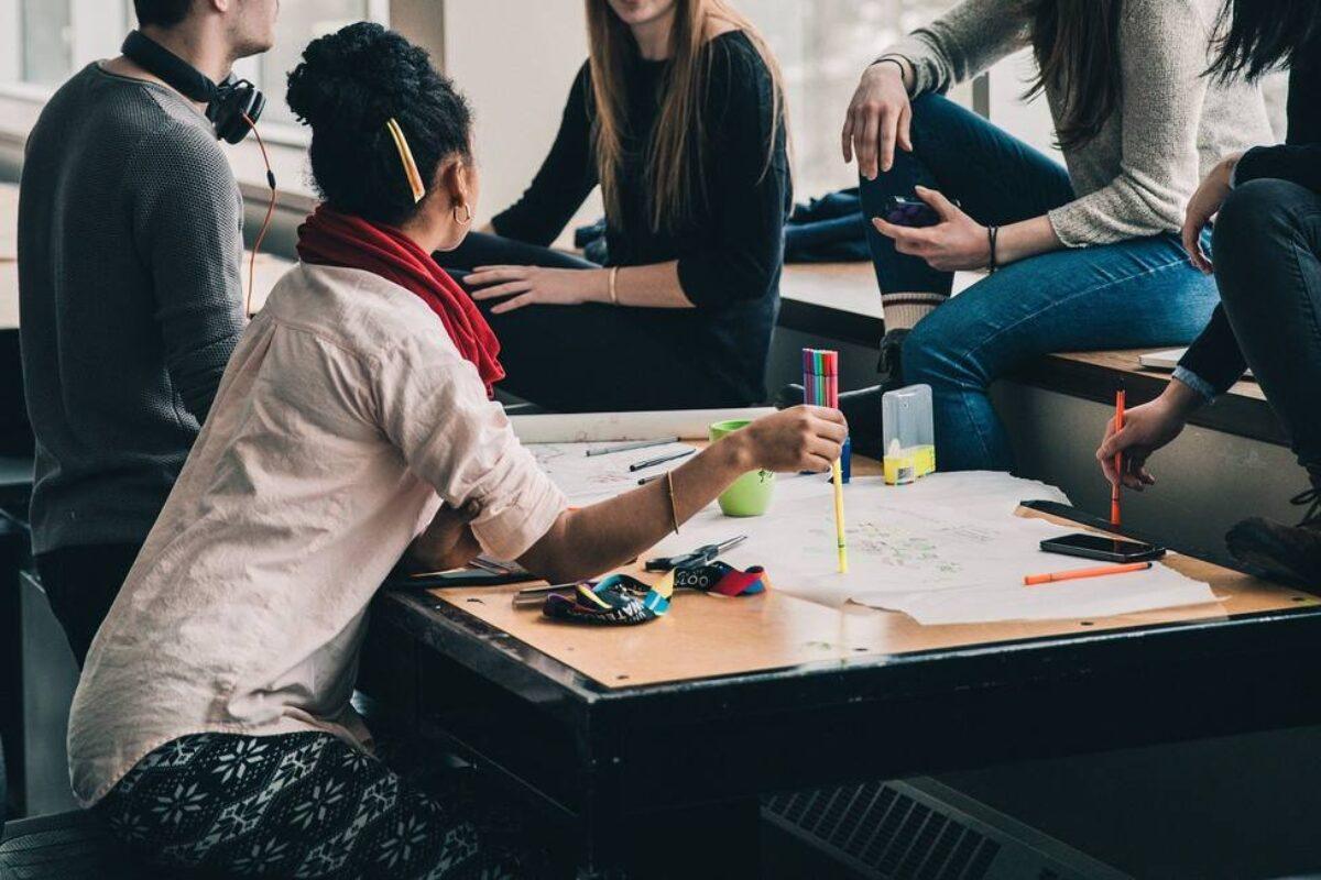 Salud define riesgo bajo, moderado o alto en reuniones sociales