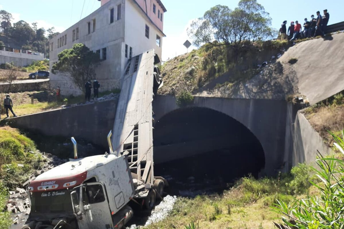 DETALLES | Tráiler choca con carro y una casa y luego cae al vacío