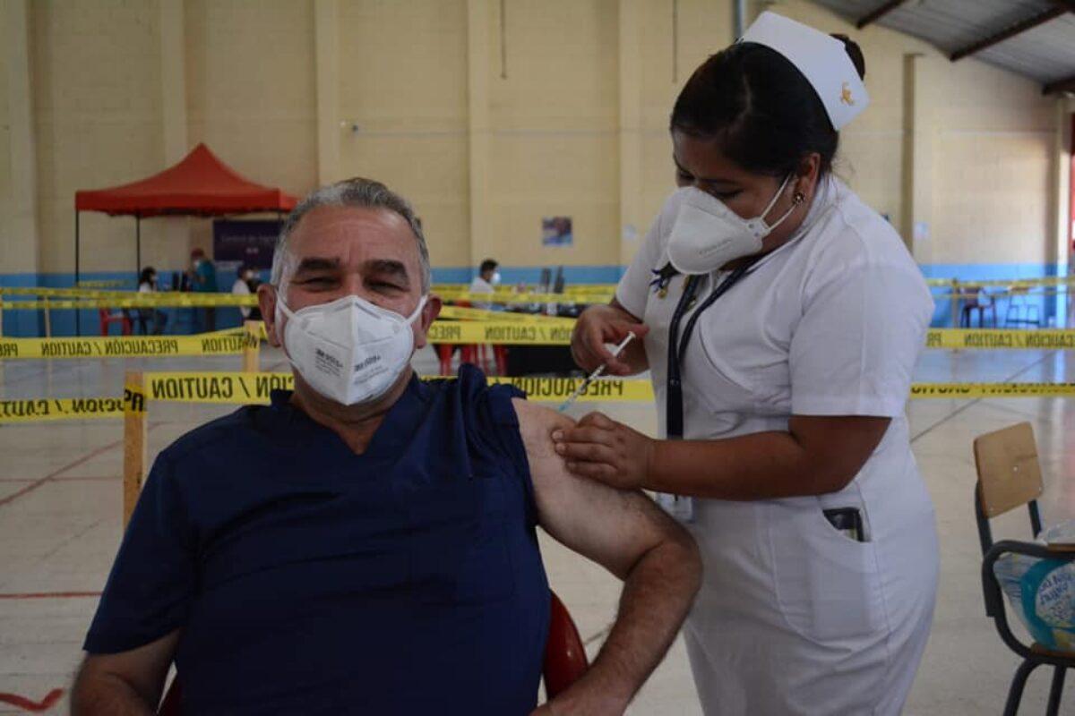 Vacunan a Helmuth Estévez, director del Hospital Temporal Covid-19 Quetzaltenango