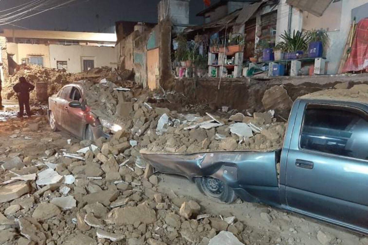 El recuento de los daños tras colapso de pared sobre dos vehículos