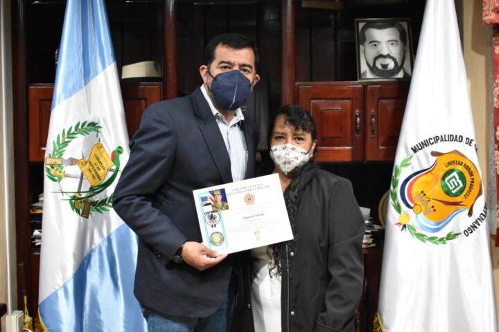 Sargento guatemalteco que sirvió a EE. UU. en Irak dedica reconocimiento a Municipalidad de Salcajá