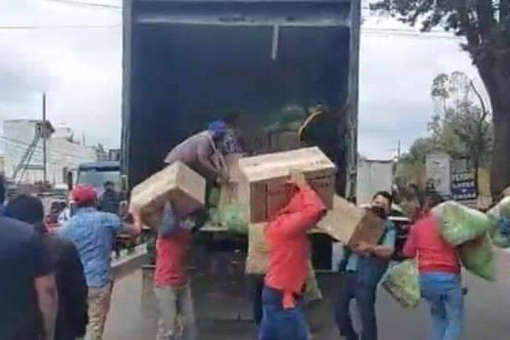 FOTOS   Momento en que se descarga producto que PNC dice ser de contrabando