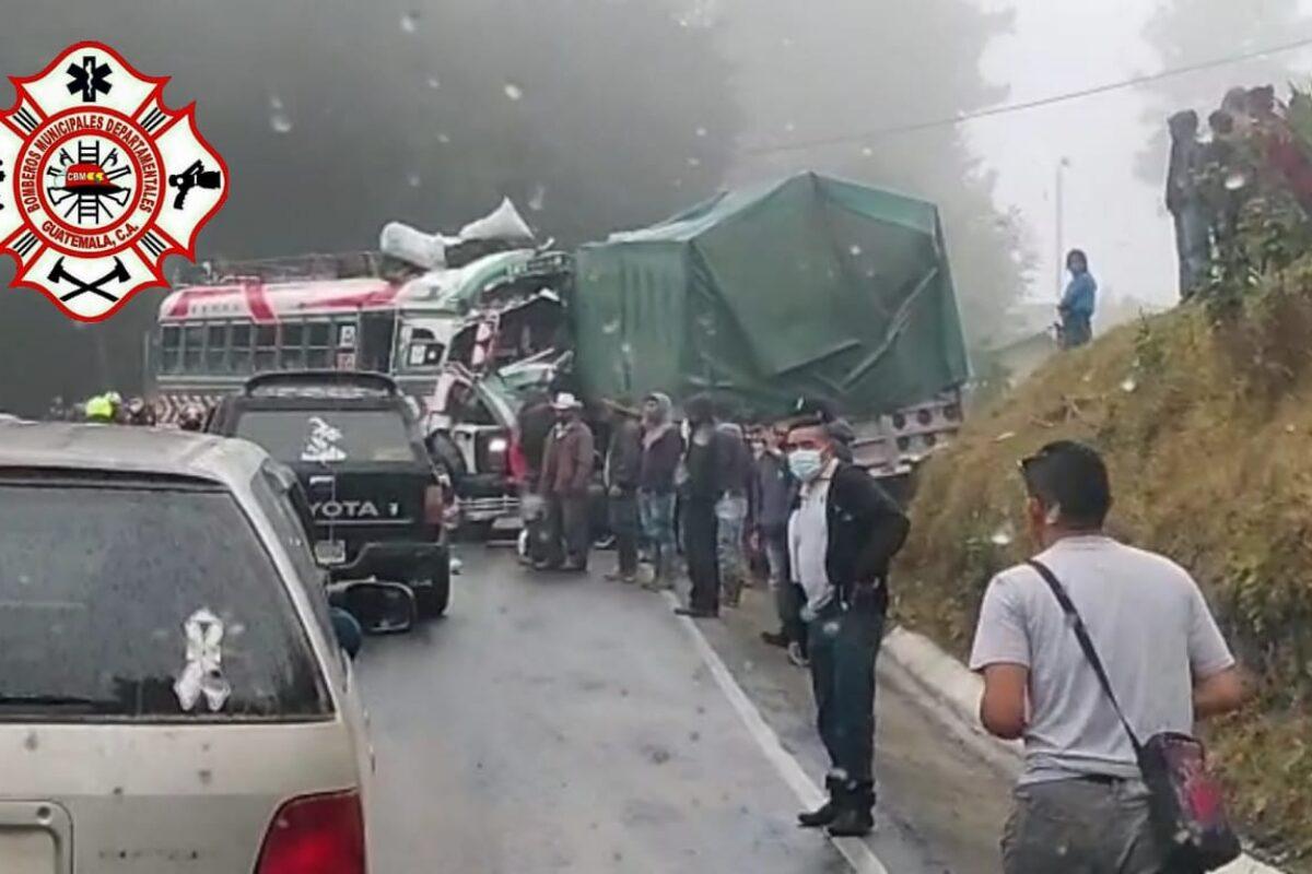 Accidente entre camión y una Sinaloa deja seis heridos