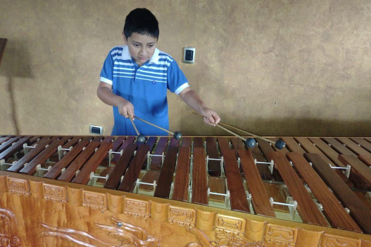 VIDEO | Niño toca Luna de Xelajú y Tristezas Quetzaltecas